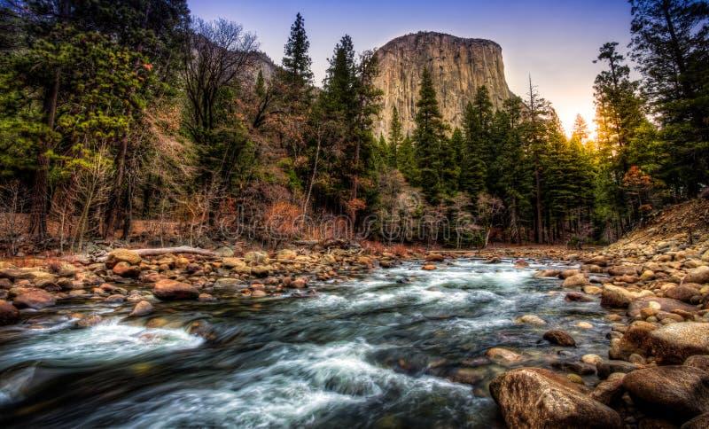 在El Capitan &默塞德河,优胜美地国家公园,加利福尼亚的日出 免版税库存照片