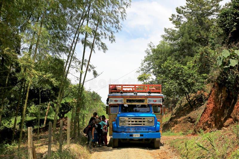 在El Jardin,安蒂奥基亚省,哥伦比亚,南美附近的典型的五颜六色的鸡公共汽车 库存照片