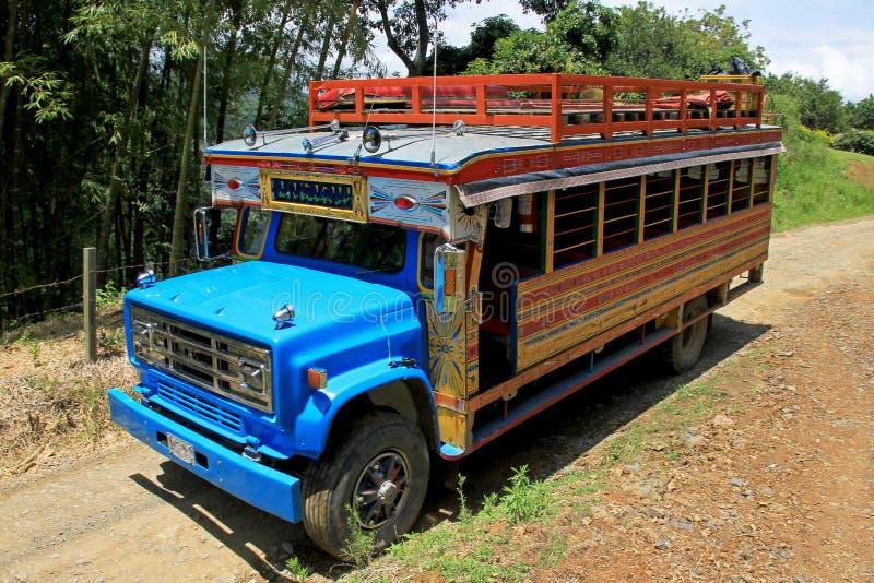 在El Jardin,安蒂奥基亚省,哥伦比亚,南美附近的典型的五颜六色的鸡公共汽车 库存图片