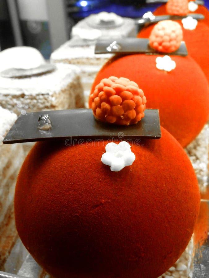 在Eliseevskiy商店的美丽的明亮的蛋糕在圣彼德堡 免版税图库摄影