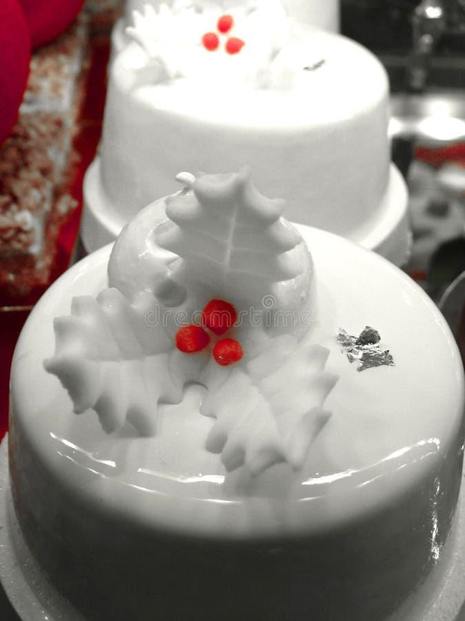 在Eliseevskiy商店的美丽的明亮的蛋糕在圣彼德堡 免版税库存图片