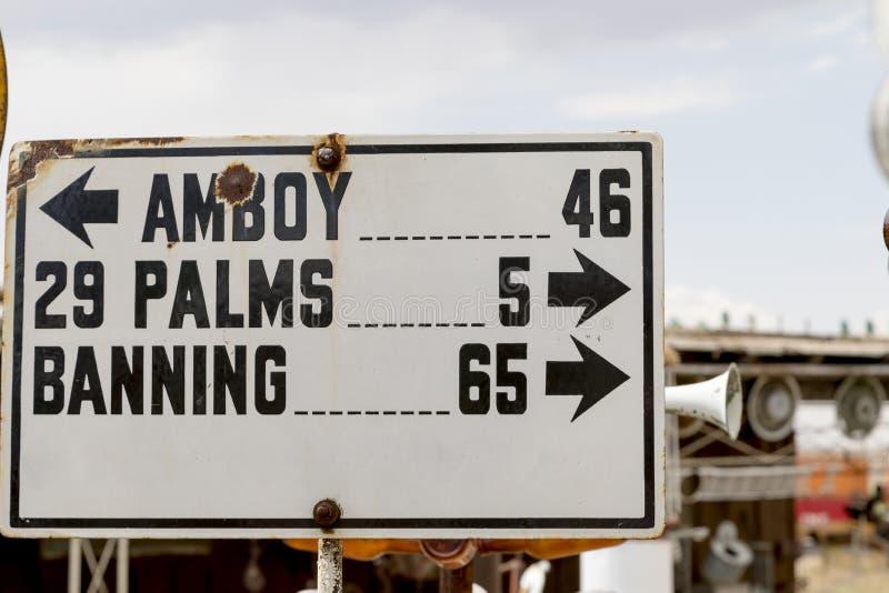 在Elmers瓶树大农场的老路标 免版税库存照片