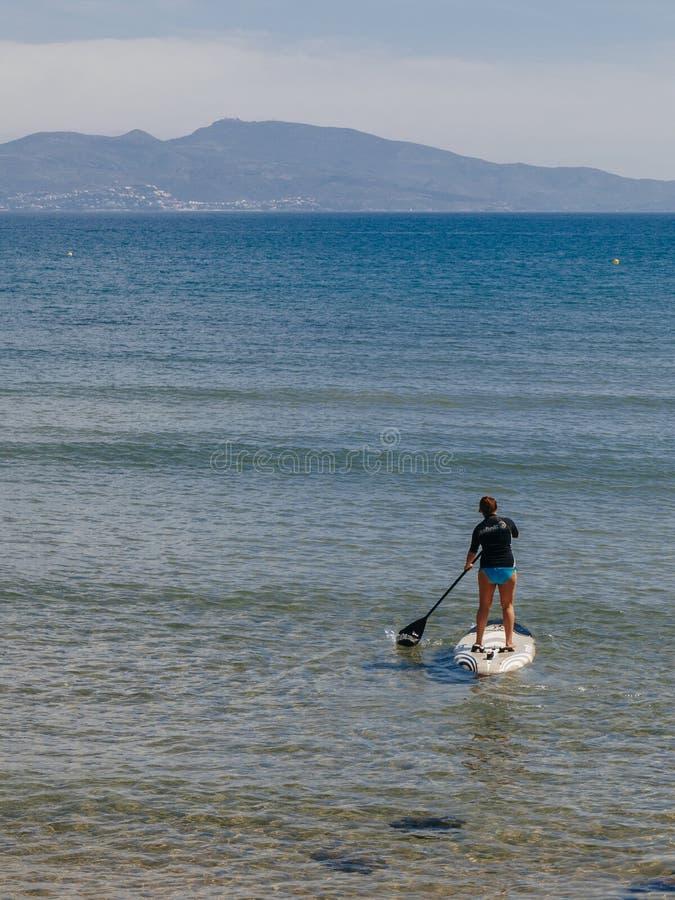 在Empuries海滩的桨海浪 免版税库存图片