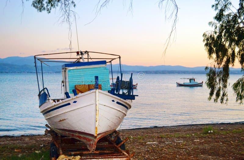在Eretria优卑亚岛希腊的老木渔船 图库摄影