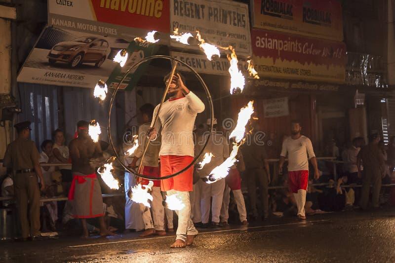 在Esala Perahera节日的Firedancer在康提 库存照片