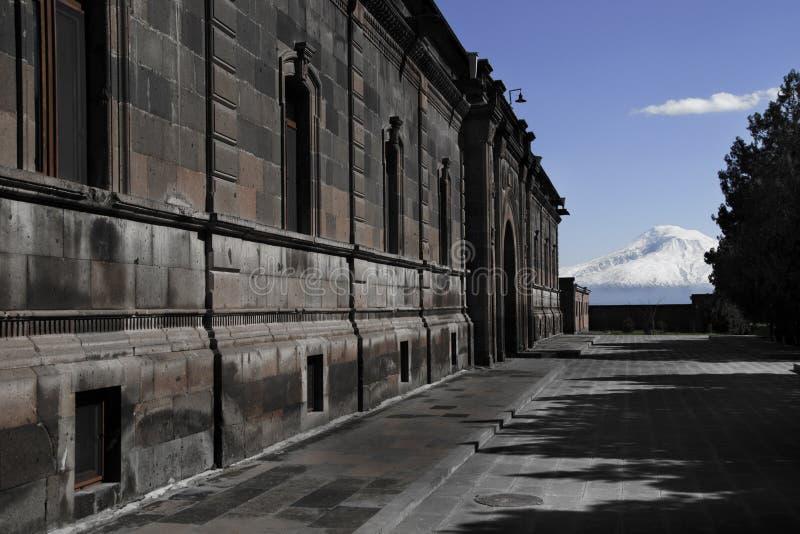 在Etchmiadzin大教堂疆土,背景山阿勒山, Masis,亚美尼亚的大厦 免版税库存照片