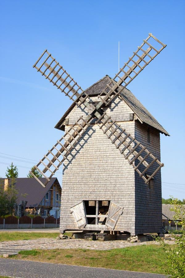 在ethnocultural复杂Nanosy-Novoselye的风车 库存图片
