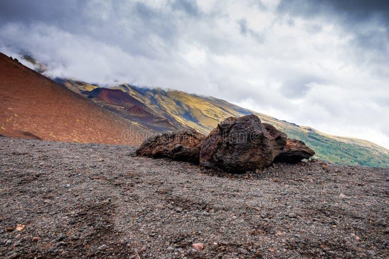 在Etna火山倾斜的一块石头与它的贫瘠风景和熔岩石头的 免版税库存照片