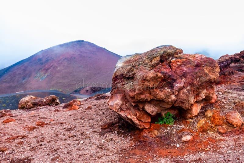 在Etna火山倾斜的石头与它的贫瘠风景和熔岩石头的 库存照片