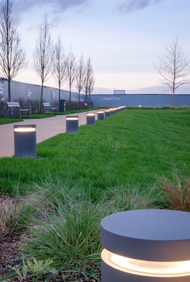 在ew住房开发内看的新制造的绿色生存空间 免版税库存照片