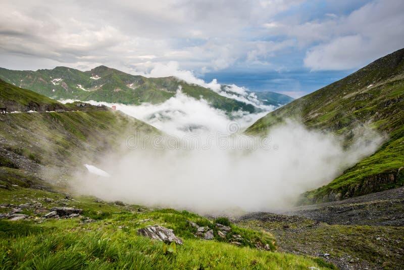 在Fagaras山,罗马尼亚的Transfagarasan路 免版税库存图片