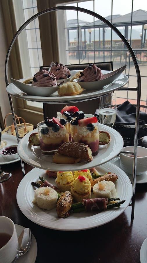 在fairmont macdonald的皇家下午茶 免版税库存照片