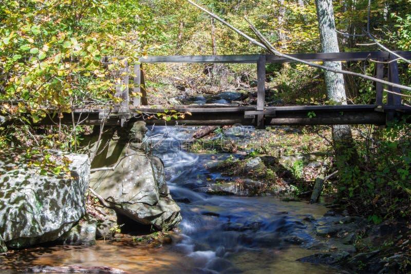 在Fallingwater小河的桥梁 库存图片