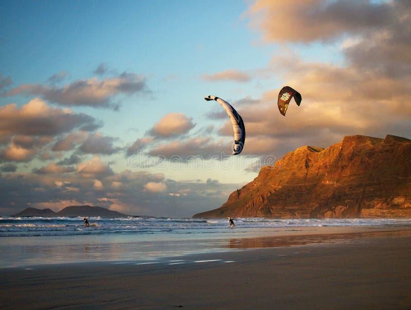 在Famara海滩的Kiting在兰萨罗特岛,西班牙 免版税库存图片
