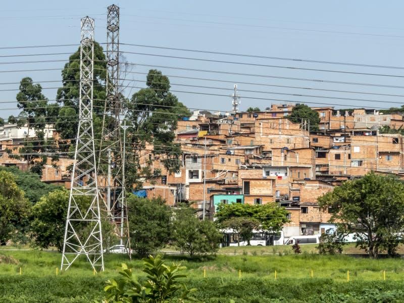在favellas,一个贫民区在圣保罗,大城市的棚子在巴西 库存图片