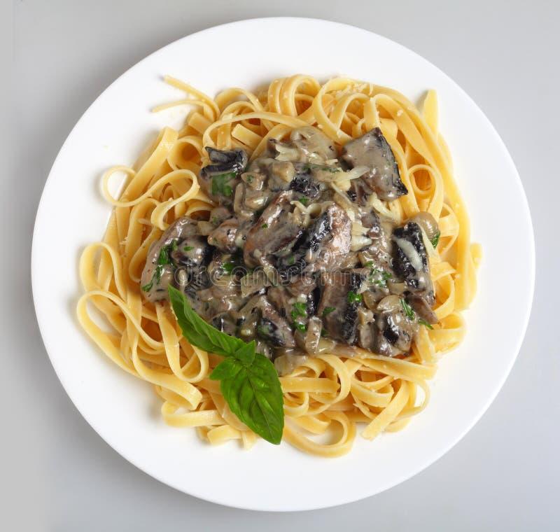 在fettuccini蘑菇酱油之上 免版税图库摄影