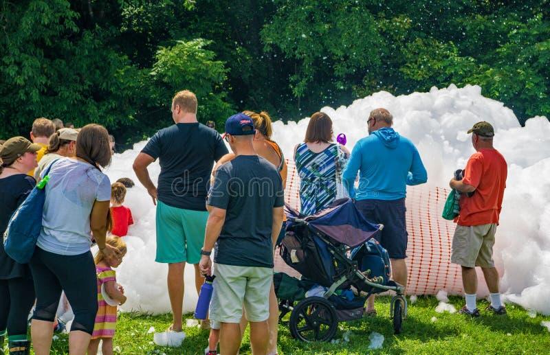 在Firemen's泡沫盖的孩子 免版税图库摄影