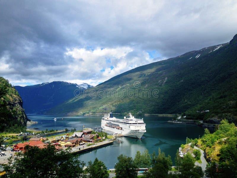 在Flam停泊的游轮挪威 免版税库存图片