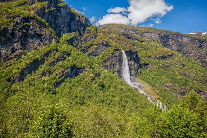 在Flam村庄附近的瀑布在挪威 免版税库存图片