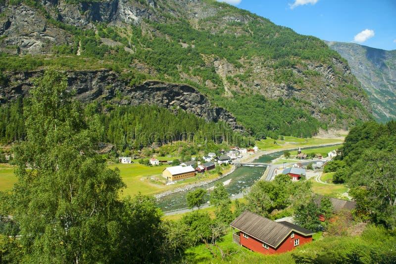 在Flam铁路旅行期间的惊人的挪威海湾和山风景在挪威简言之游览中 免版税图库摄影