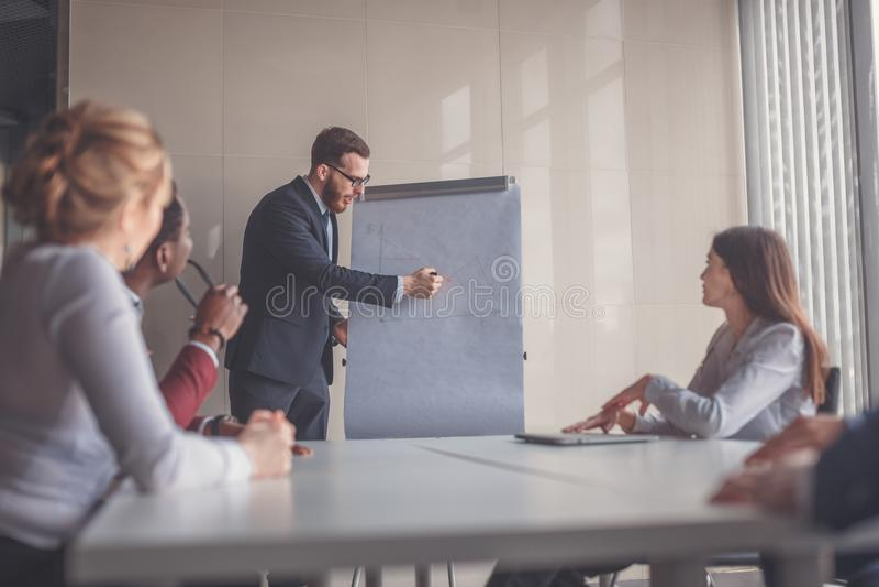 在flipchart解释的经营计划由CEO对雇员 免版税库存图片