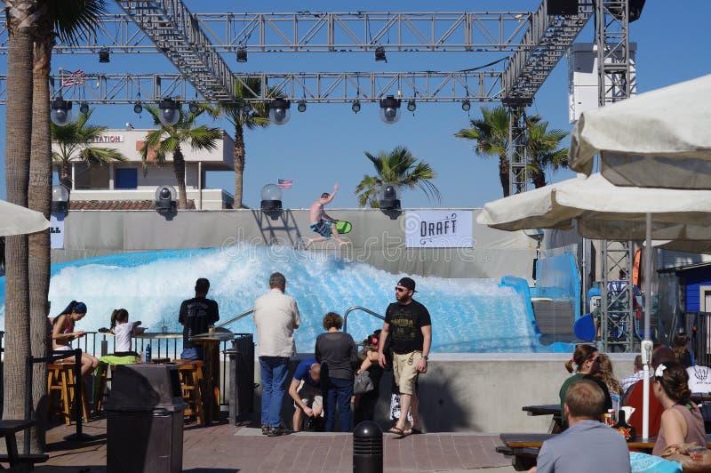 在FlowBarrel 5的冲浪的表现在WaveHouse圣地亚哥 库存图片