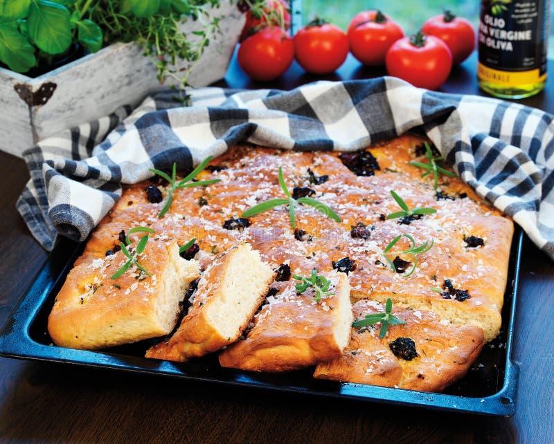 在focaccia橄榄上添面包 图库摄影