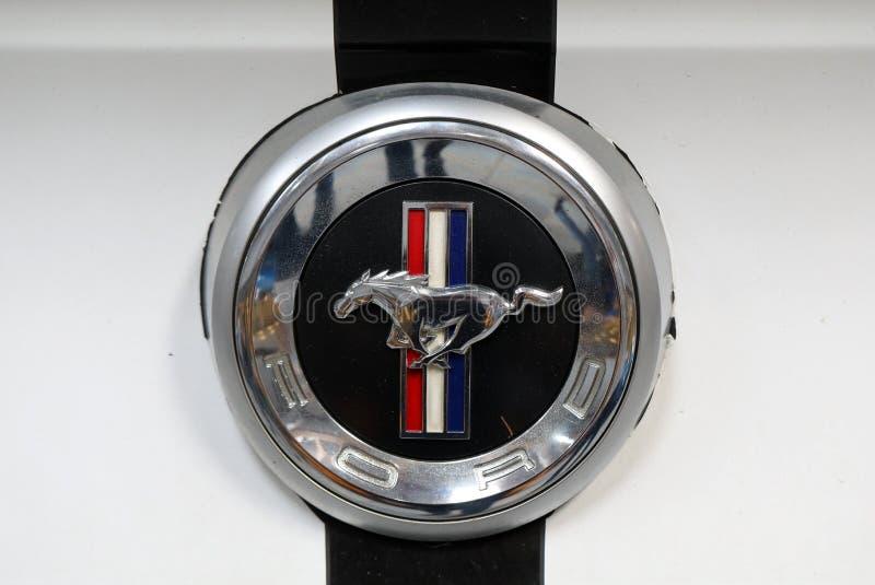 在Ford Mustang汽车的Ford Mustang金属商标特写镜头被显示在MOTO展示在克拉科夫波兰 免版税库存图片