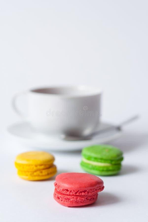 在foregroun的法国多彩多姿的蛋糕macarons 免版税图库摄影