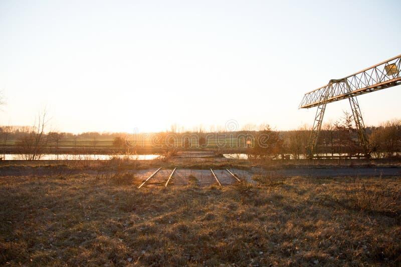在fresenburg emsland德国的流浪汉在有起重机的一个失去的地方和铁路 库存照片
