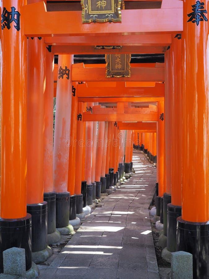 在Fushimi稻荷神社的橙色门在京都 库存图片