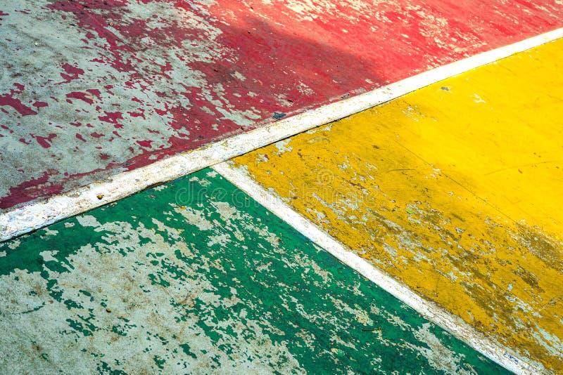 在Futsall领域的连接的和相交的白色T线与被风化的红色,绿色和黄色飞机 库存图片