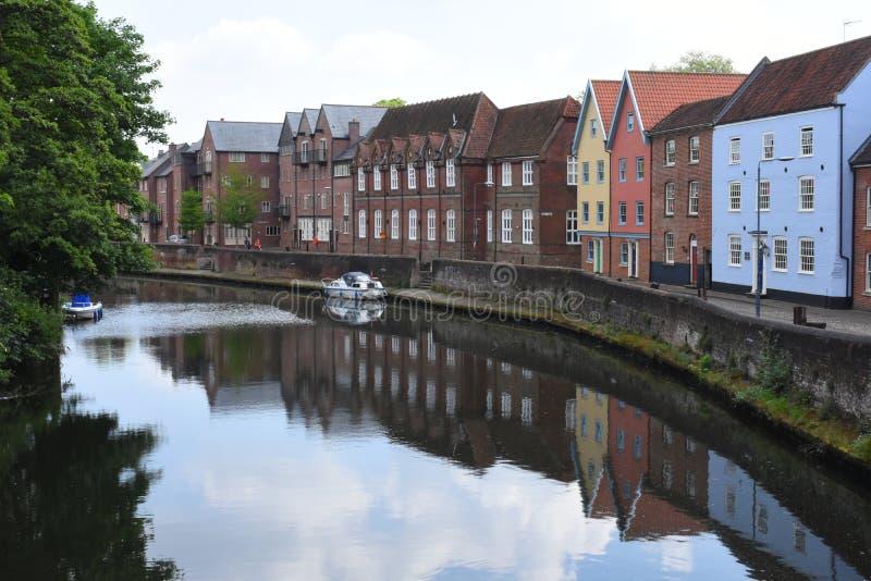 在Fye桥梁,河Wensum,诺威治,英国附近的河沿 库存图片