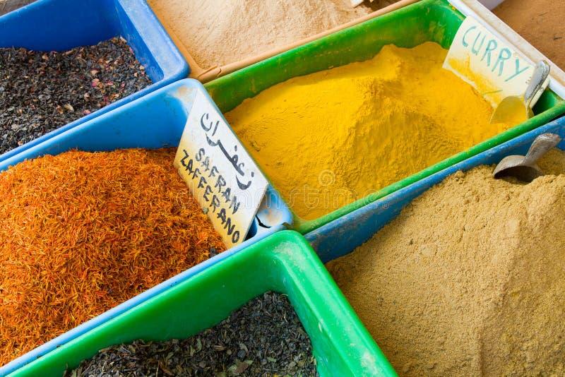 在Gabes的五颜六色的香料市场 免版税库存图片