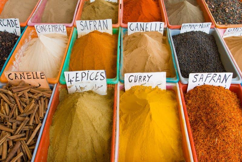 在Gabes的五颜六色的香料市场 免版税库存照片