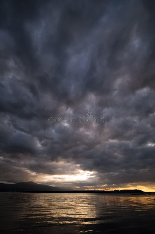 在Gabriola海岛,不列颠哥伦比亚省的风雨如磐的云彩 库存照片
