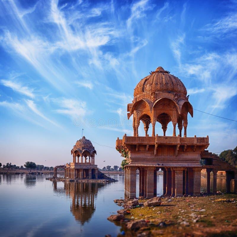 在Gadisar湖的老建筑学在Jaisalmer 印度,拉贾斯坦 免版税库存图片