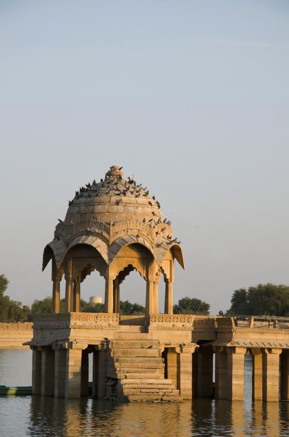 在Gadisar湖,贾沙梅尔,拉贾斯坦,印度中间的查特里 库存照片