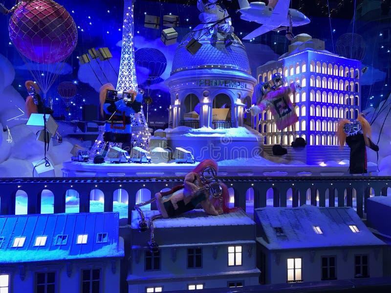 在Galeries Lafayet窗口vitrine的圣诞节装饰  免版税图库摄影