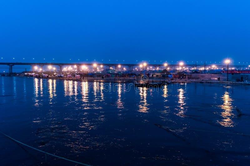 在ganga河河岸的晚上时间sangam pryag allahabad的 免版税库存图片