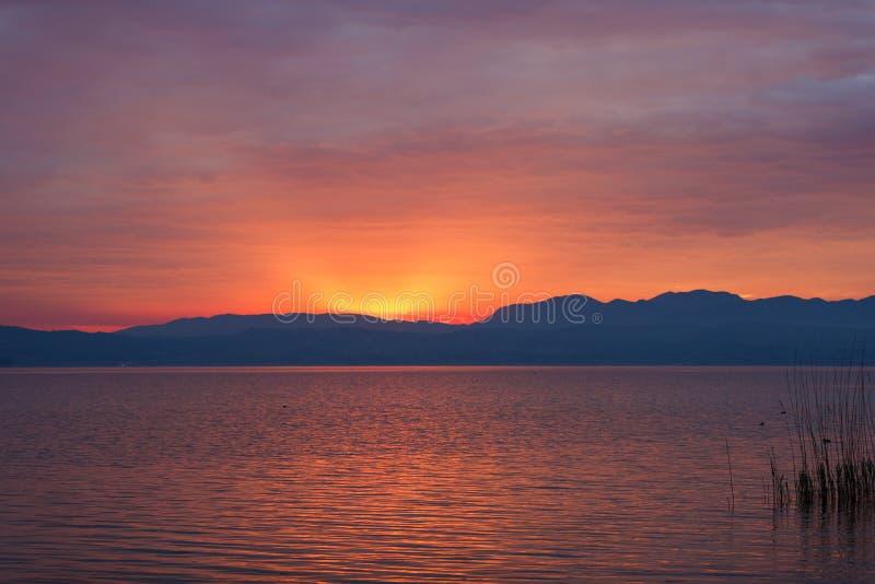 在Garda湖的日落 免版税库存图片