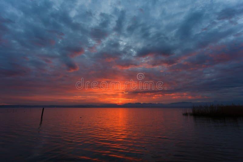 在Garda湖的日落 库存照片