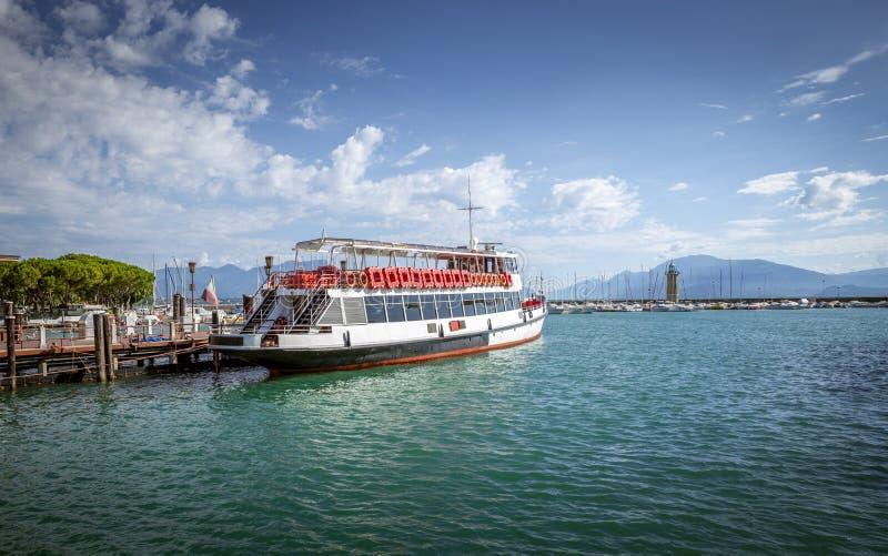 在Garda湖的渡轮在意大利 库存照片