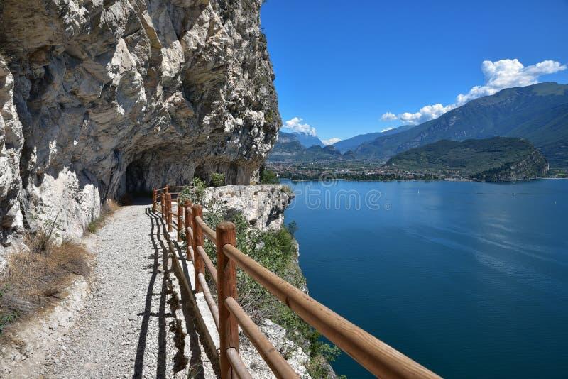在garda湖的美丽的供徒步旅行的小道有惊人的看法 免版税库存图片