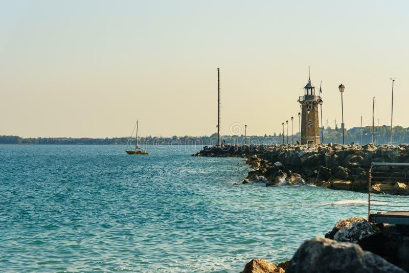 在Garda湖,拉戈di加尔达的灯塔 del desenzano garda E 免版税库存图片