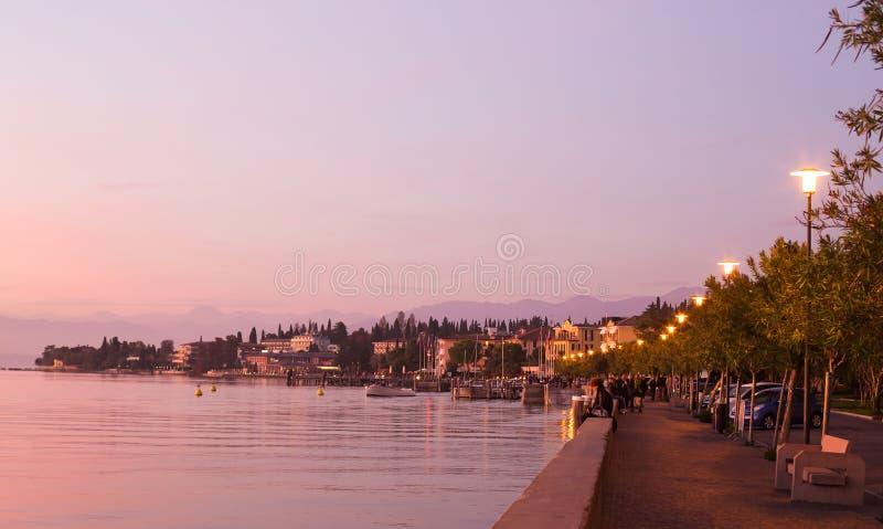 在Garda湖,西尔苗内,意大利附近的空的堤防 免版税库存图片