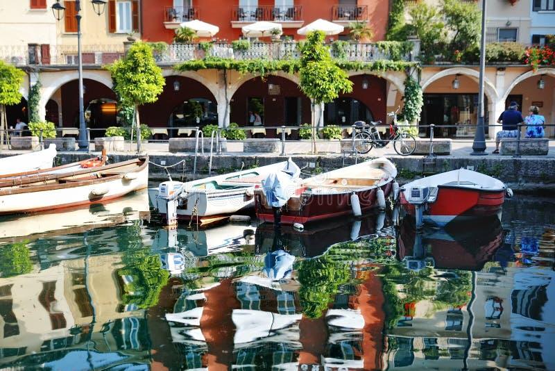 在Garda湖, Desenzano del加尔达,意大利的小船 免版税图库摄影
