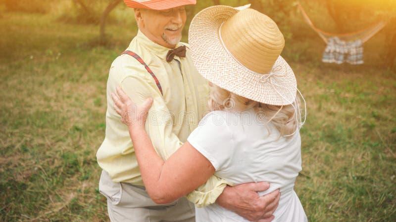 在Garden5的老妇人和绅士跳舞 免版税库存图片