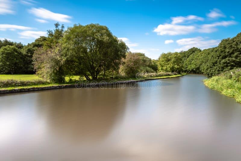 在Gathurst的利兹利物浦运河,在威根附近在蓝天下 免版税库存照片