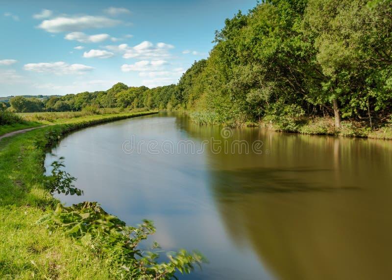 在Gathurst的利兹利物浦运河,在威根附近在蓝天下 图库摄影